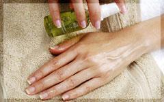 グレープシ-ドオイルを主としたハンド専用美容液を塗布しヒートミトンでしっかり浸透します。抗酸化作用が高く環境ストレスから肌を守りシワなどを和らげる効果があります。